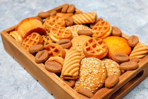 Vari biscotti in un vassoio di legno