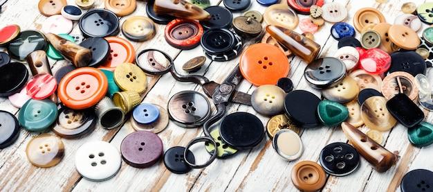 Vari bottoni e filo per cucire