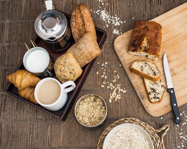 Vari cibo delizioso per colazione su tovaglietta