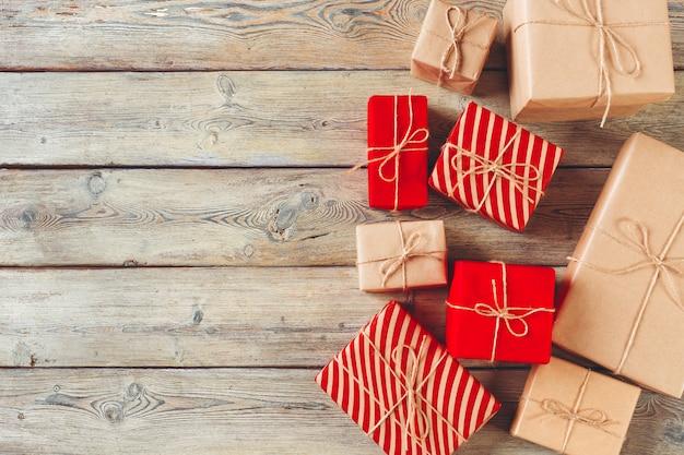 Vari contenitori di regalo sulla tavola di legno, vista superiore