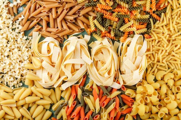 Vari cumuli di pasta