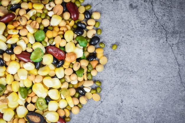 Vari fagioli mescolano piselli agricoltura di alimenti naturali sani diversi cereali integrali fagioli e legumi semi lenticchie e noci