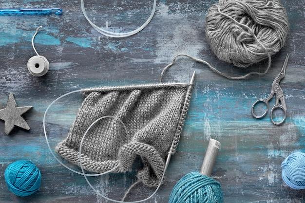 Vari filati di lana e ferri da maglia, maglieria per hobby