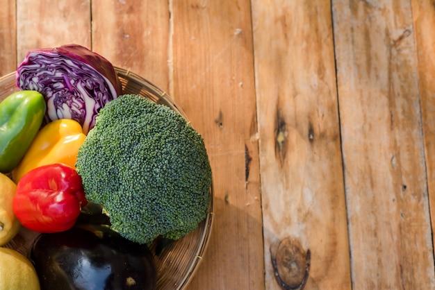 Vari frutti con verdura su fondo di legno