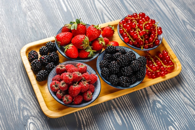 Vari frutti di bosco freschi estivi, mirtilli, ribes rosso, fragole, more