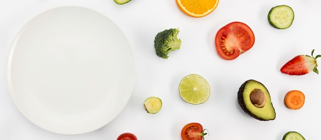 Vari frutti esotici e piatto