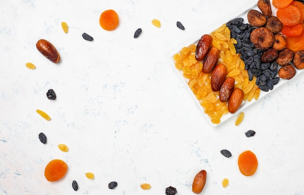 Vari frutti secchi, datteri, prugne, uvetta e fichi