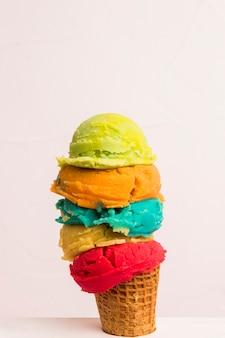 Vari gelati nel cono di zucchero