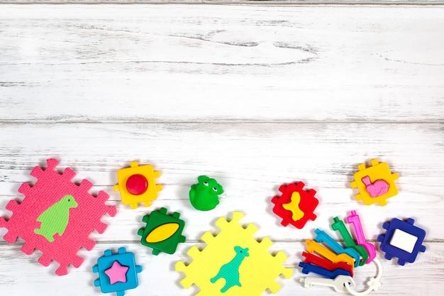 Vari giocattoli del bambino sulla tavola di legno