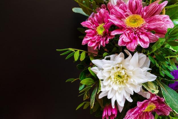 Vari modelli di composizione e fiori ornamento su uno sfondo nero