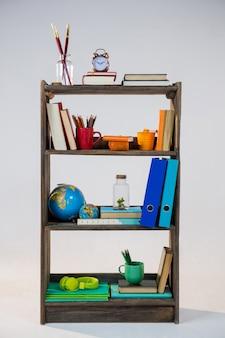 Vari oggetti a scaffale