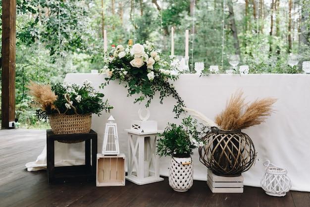 Vari oggetti di arredamento in un luogo di nozze decorato per un elegante matrimonio boho