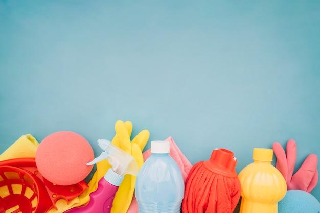 Vari oggetti di pulizia con spazio in cima