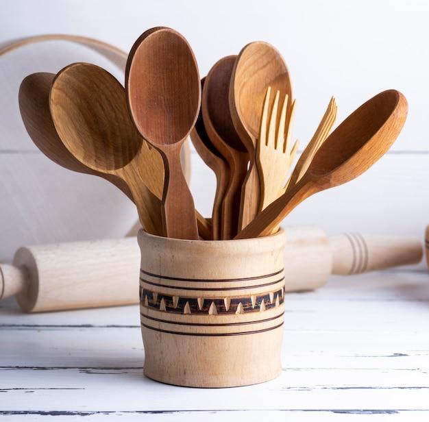 Vari oggetti in legno in un barattolo di legno