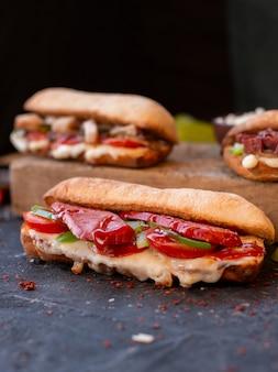 Vari panini baguette con una grande porzione di alimenti all'interno.