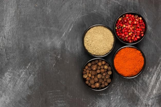 Vari pepe su uno sfondo nero. vista dall'alto, copia spazio. sfondo di cibo