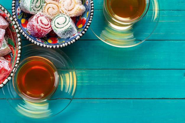 Vari pezzi di lokum e tè nero delizia turca