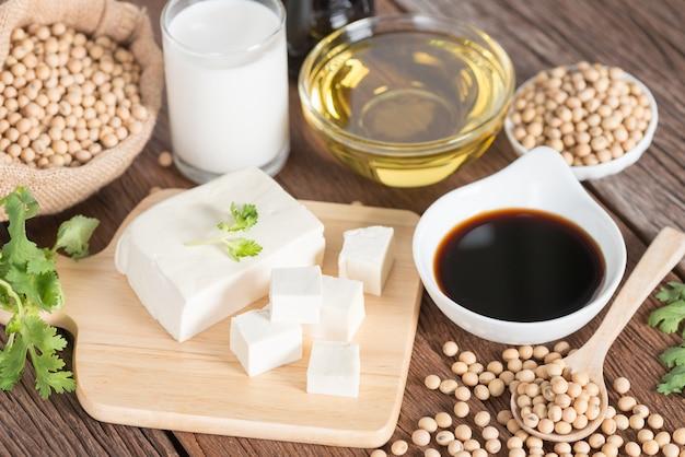 Vari prodotti a base di soia con salsa di soia, tofu, olio, semi di soia e latte di soia.