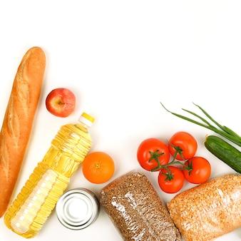 Vari prodotti alimentari, frutta e verdura su un bianco. copyspace.