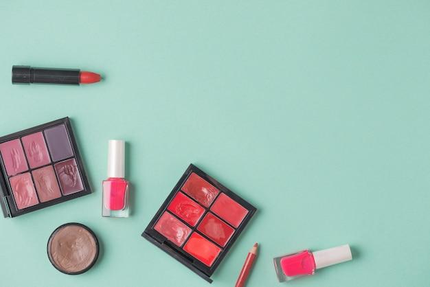 Vari prodotti cosmetici su sfondo verde