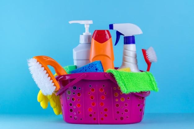 Vari prodotti per la pulizia della casa in un cestino