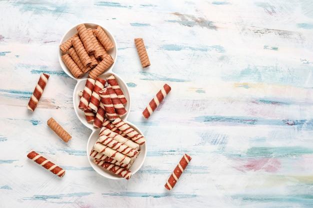 Vari rotoli di waffle in piatti di ceramica, vista dall'alto