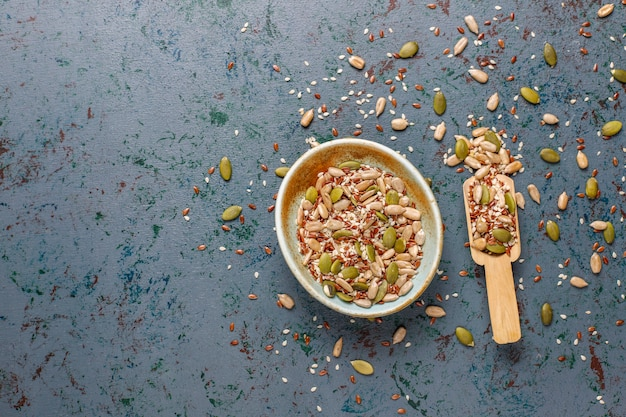 Vari semi - sesamo, semi di lino, semi di girasole, semi di zucca per insalate.