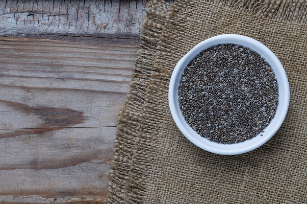 Vari semi - sesamo, semi di lino, semi di lino, semi di zucca, papavero, chia in ciotole su un rustico. copia .