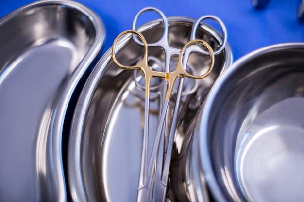 Vari strumenti chirurgici tenuti su un tavolo in sala operatoria