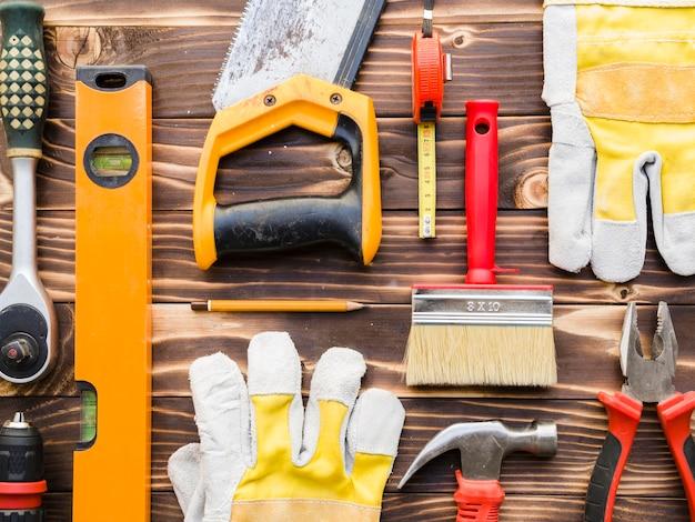 Vari strumenti di carpentiere sul tavolo