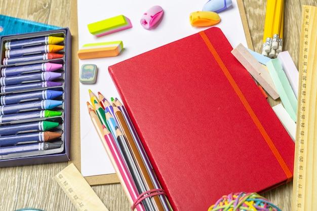 Vari strumenti di disegno colorati. modello