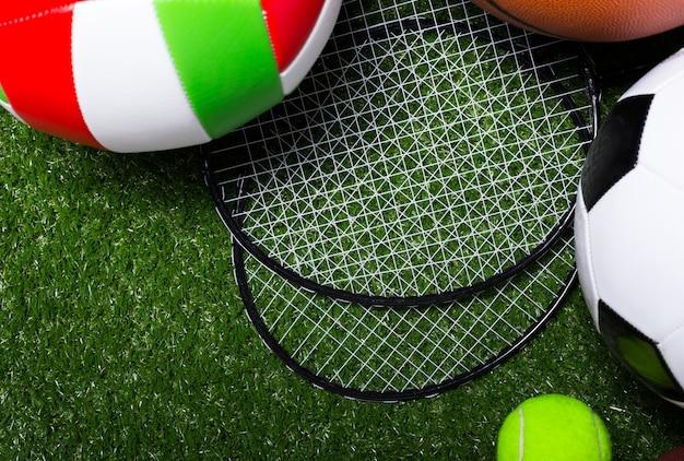 Vari strumenti sportivi su erba