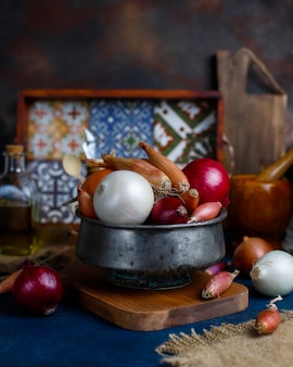 Vari tipi di cipolle rosse, bianche, gialle, scalogno