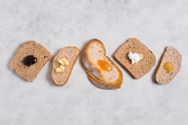 Vari tipi di pane con miele e marmellata colazione