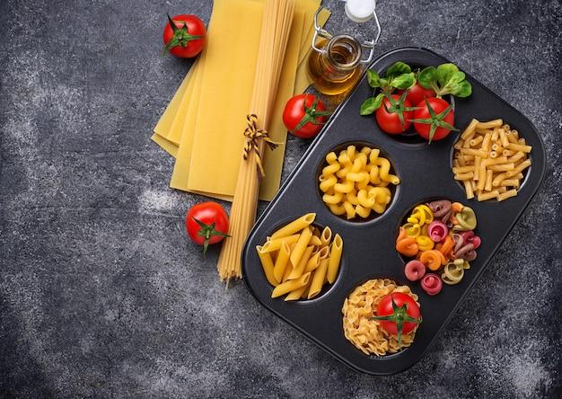 Vari tipi di pasta e pomodorini