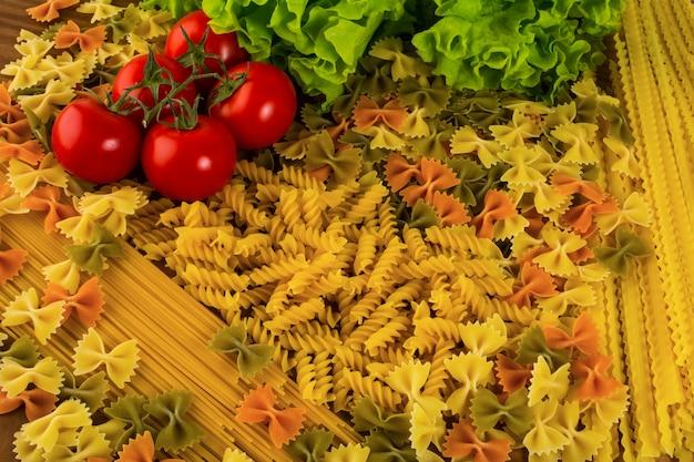 Vari tipi di pasta italiana sullo sfondo