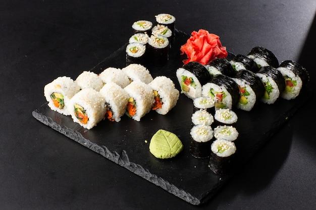 Vari tipi di sushi serviti sul nero