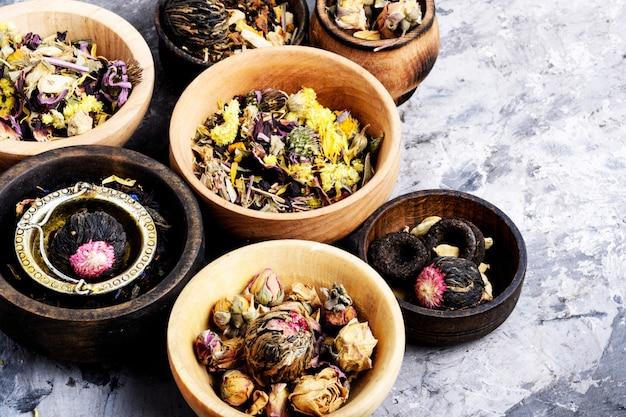 Vari tipi di tè in foglia