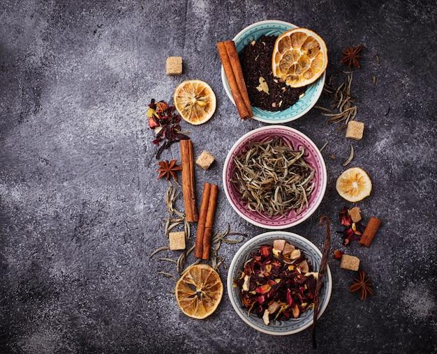 Vari tipi di tè secco. messa a fuoco selettiva
