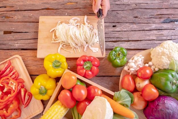 Vari tipi di verdure posto sul legno