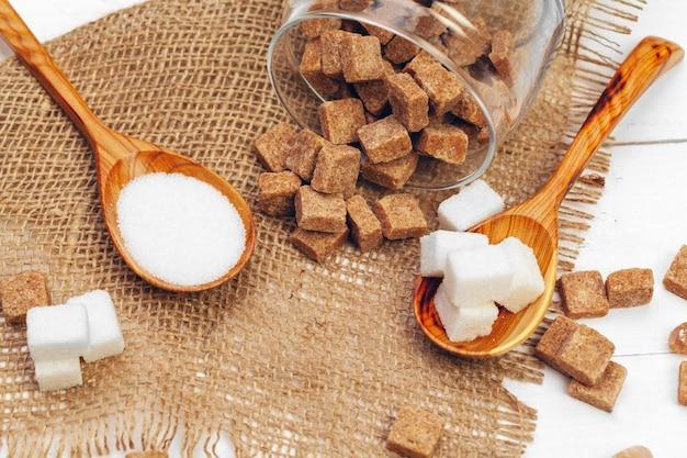 Vari tipi di zucchero nel cucchiaio