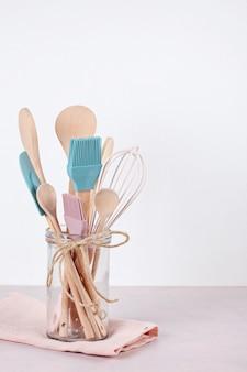 Vari utensili da cucina. ricettario di cucina, concetto di lezioni di cucina