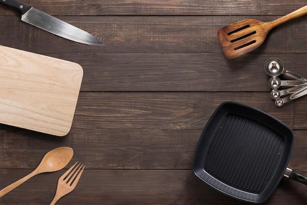 Vari utensili da cucina sui precedenti di legno