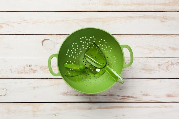 Vari utensili da cucina sul tavolo di legno