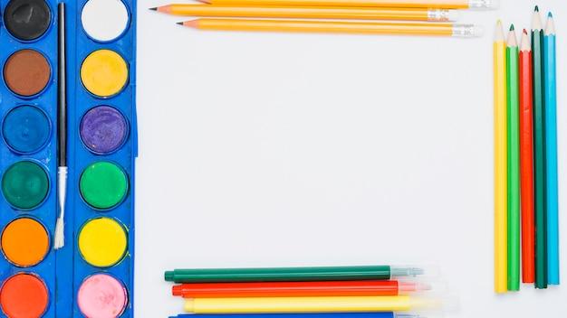 Varia attrezzatura di colore isolata su fondo bianco