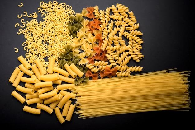 Variazione della pasta italiana non cotta sul bancone della cucina