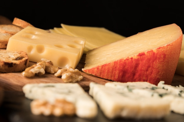 Variazione di gustosi formaggi su tavola di legno