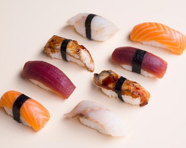 Variazione di sushi su un tavolo bianco