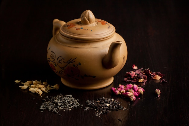 Variazione di teiera e tè secco