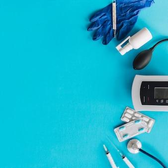 Varie attrezzature mediche su sfondo blu